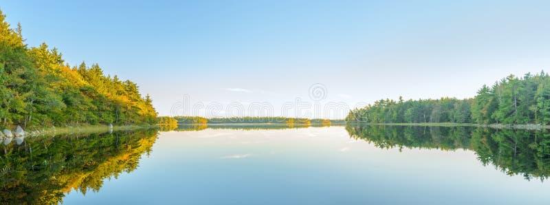 Panorama von Herbstsee kurz vor Sonnenuntergang lizenzfreie stockfotos