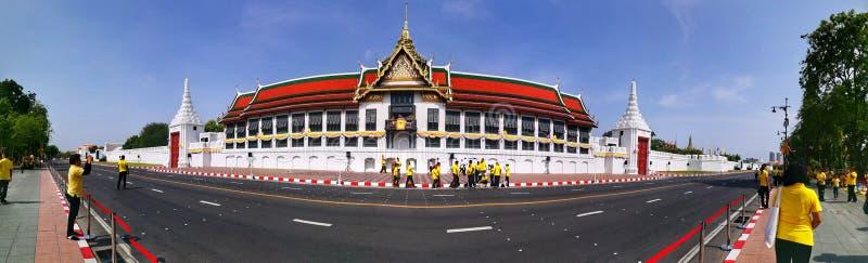 Panorama von Kapelle und von Thailänder Buddhaisawan im gelben shirtsin Bangkok während des Momentes von thailändischen Krönungst stockfotografie