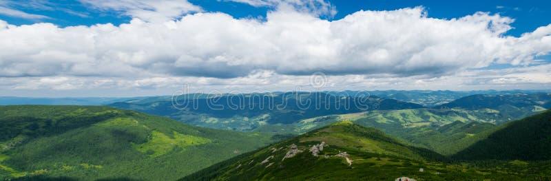 Panorama von Karpatenbergen im Sommer stockbilder