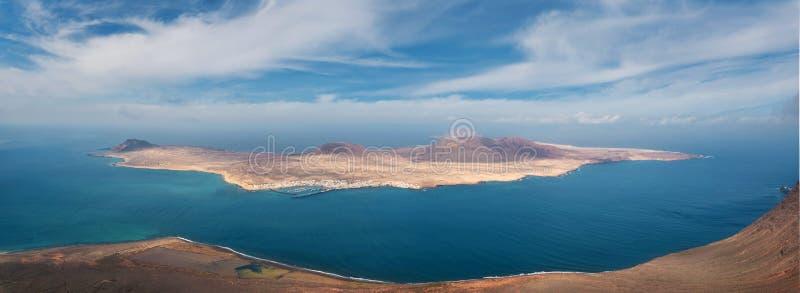 Panorama von La Graciosa-Insel von Mirador-del Rio in Lanzarote, Kanarische Inseln, Spanien lizenzfreie stockfotos