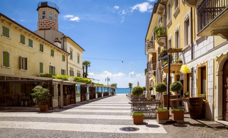 Panorama von Lazise-Stadt am Garda See in Italien stockfotos