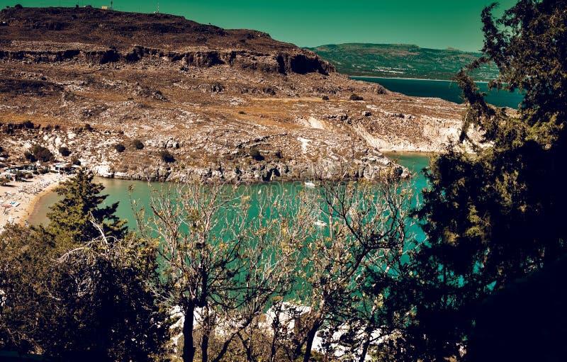 Panorama von Lindos-Bucht von der Akropolise Yachten sind kreuzendes arround lizenzfreies stockbild