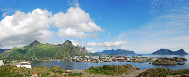 Panorama von Lofoten Inseln mit Kleinstadt lizenzfreie stockbilder