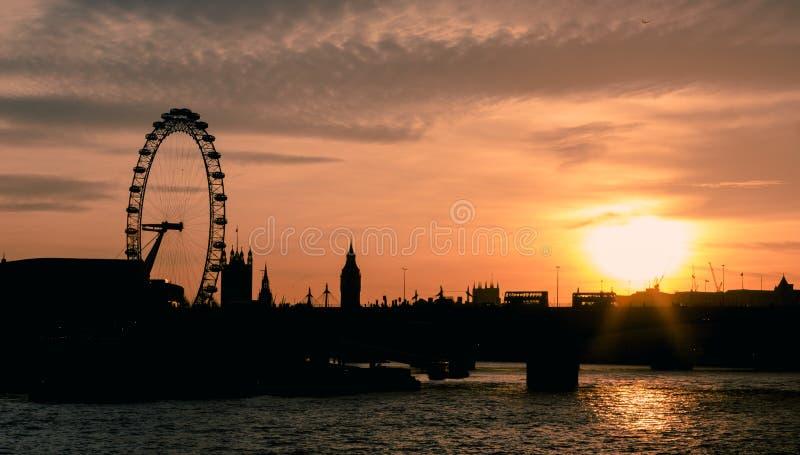 Panorama von London im Sonnenunterganglicht London-Auge, Waterloo-Brücke, lizenzfreie stockfotos