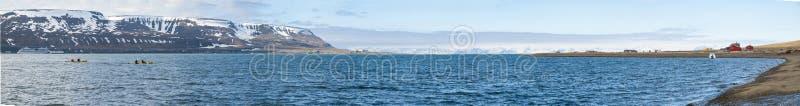 Panorama von Longyearbyen-Fjord im Sommer, Svalbard lizenzfreie stockfotos