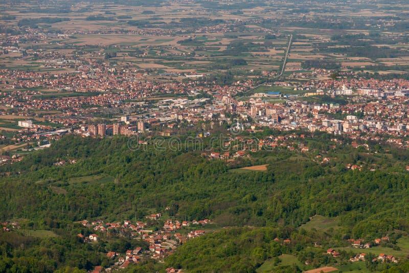 Panorama von Loznica gesehen vom Berg Gucevo Stadt von Loznica in West-Serbien-Vogelperspektive stockfotografie
