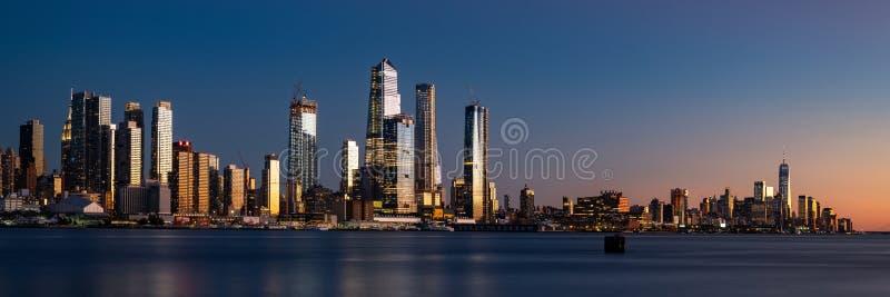 Panorama von Midtown Manhattan und von Lower Manhattan an der Dämmerung stockbilder