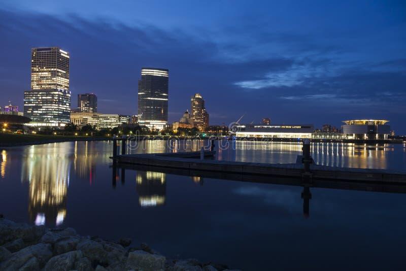 Panorama von Milwaukee nachts stockbild