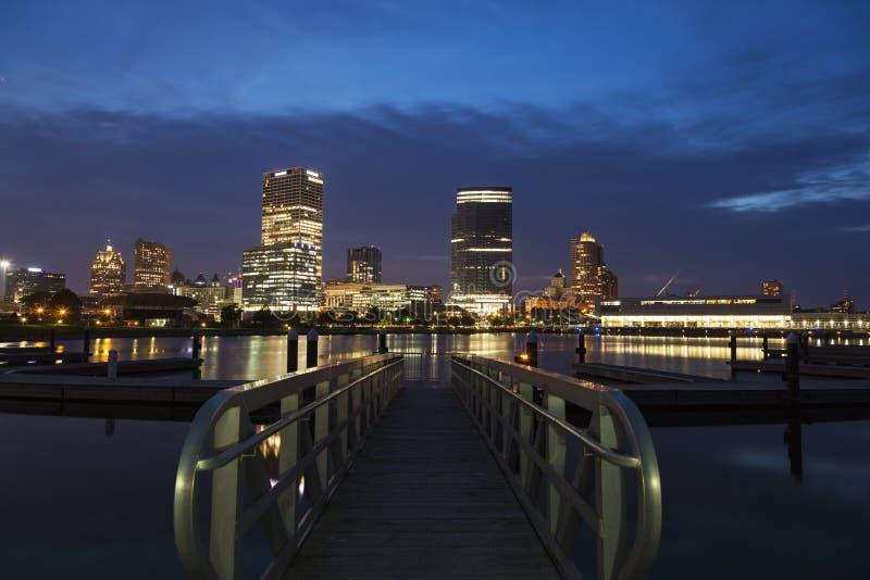 Panorama von Milwaukee nachts stockfotos
