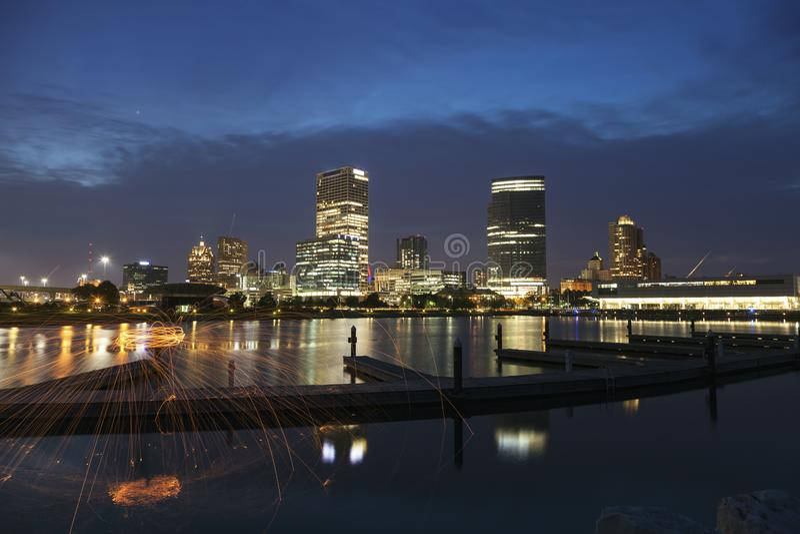 Panorama von Milwaukee nachts stockfotografie