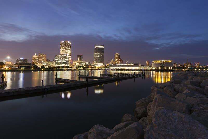 Panorama von Milwaukee nachts lizenzfreies stockbild