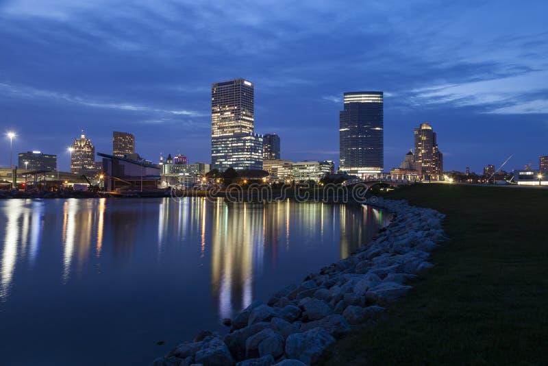 Panorama von Milwaukee nachts stockbilder