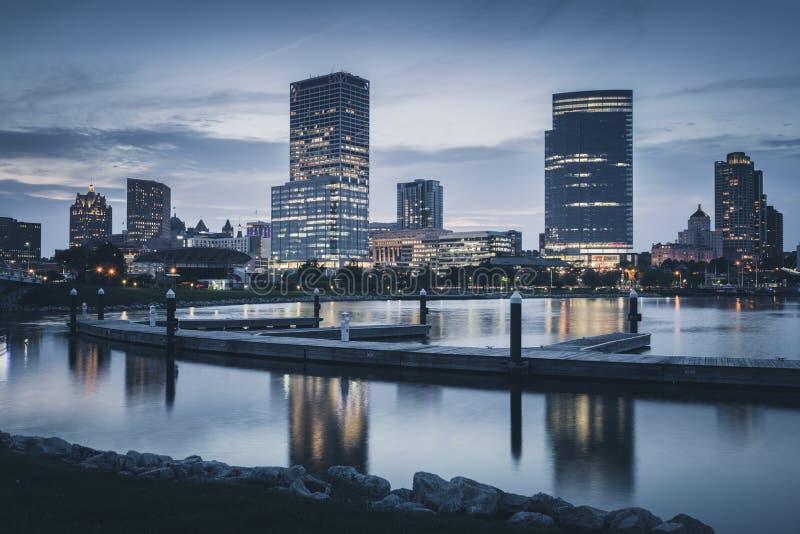 Panorama von Milwaukee nachts lizenzfreie stockfotos