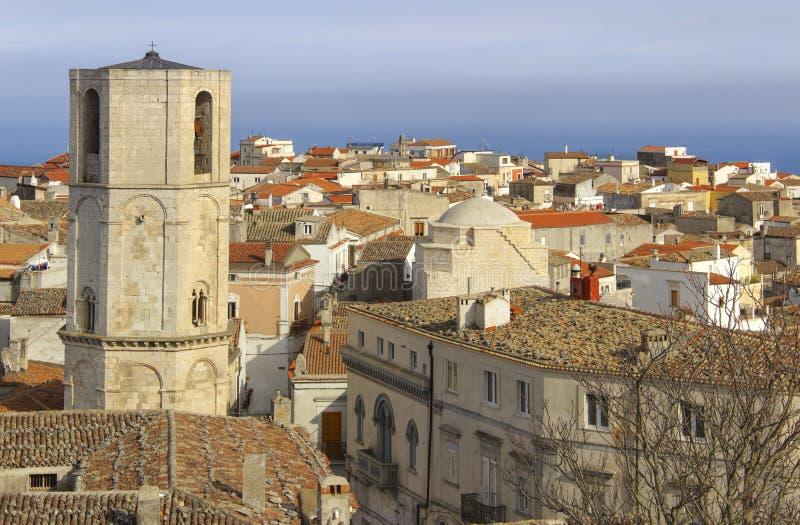 Panorama von Monte Sant-` Angelo: es ist eine Stadt auf den Steigungen von Gargano stockfotos