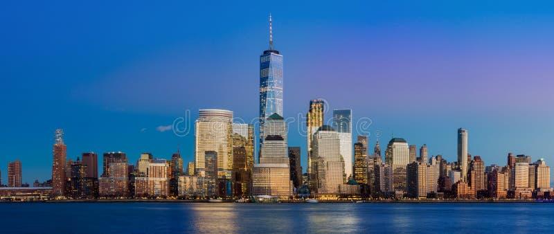 Panorama von New York City nachts lizenzfreie stockfotografie