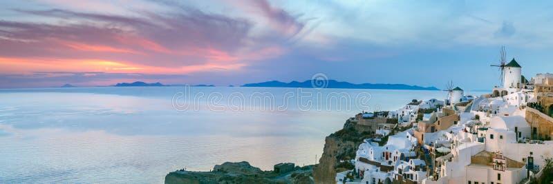 Panorama von Oia bei Sonnenuntergang, Santorini, Griechenland stockfotografie