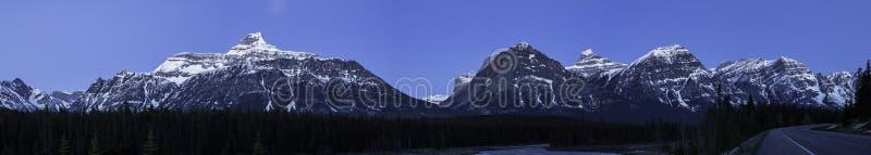 Panorama von Rocky Mountains im Mondschein entlang schönem Fluss stockbilder