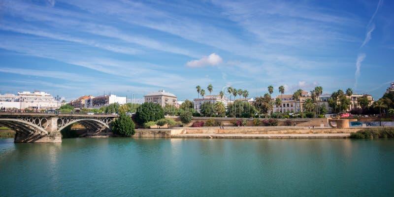 Panorama von Sevilla und von Guadalquivir stockfoto