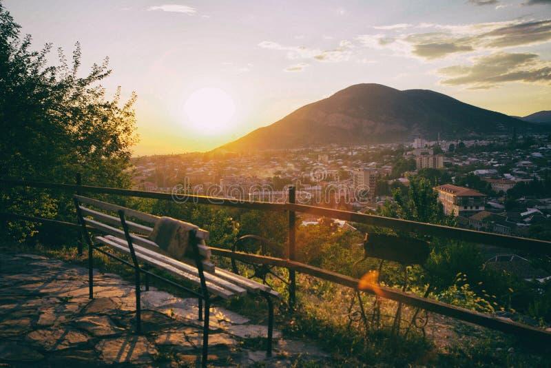 Panorama von Sheki-Stadt in den Bergen, Aserbaidschan lizenzfreies stockfoto
