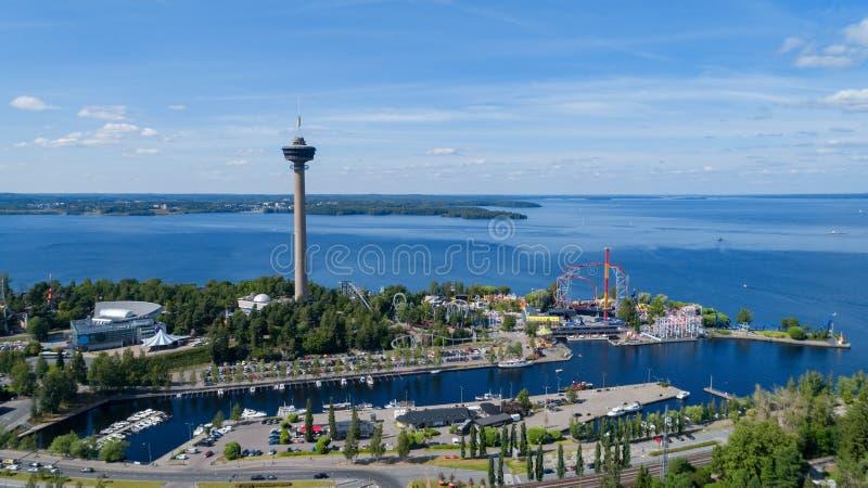 Panorama von Tampere-Stadt am Sommertag Sch?ner blauer Himmel und Wolken SeeuferVergn?gungspark lizenzfreie stockfotos