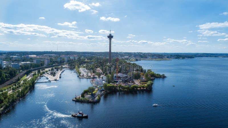 Panorama von Tampere-Stadt am Sommertag Sch?ner blauer Himmel und Wolken SeeuferVergn?gungspark lizenzfreies stockbild