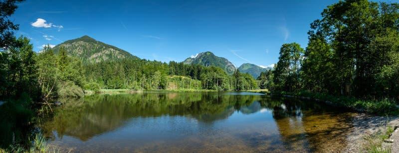 Panorama von Teich Moorweiher mit Berg Schattenberg lizenzfreie stockfotografie