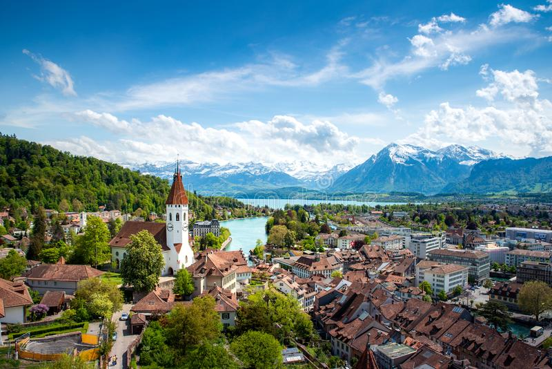 Panorama von Thun-Stadt im Bezirk von Bern mit Alpen und Thunersee See, die Schweiz lizenzfreie stockfotos