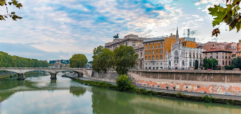 Panorama von Tiber und von Kirche des heiligen Herzens von Jesus in Rom stockbilder