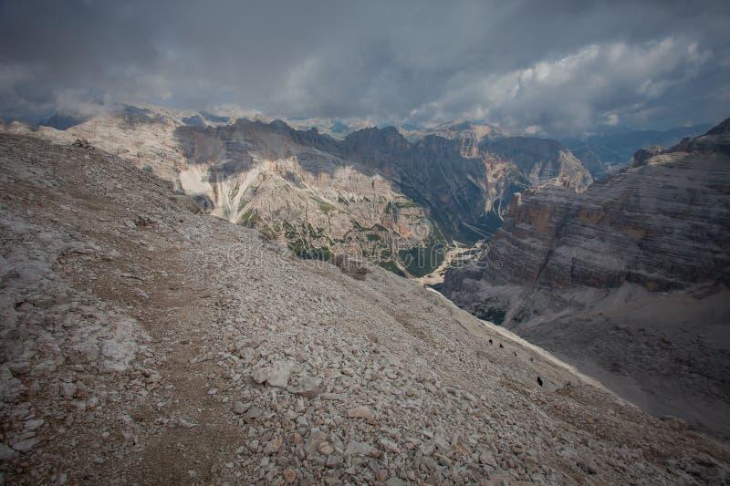 Panorama von Travenanzes-Tal mit den Trekkers, die in Richtung zu 3244 Metern von Tofana-Gipfel steigen lizenzfreie stockbilder
