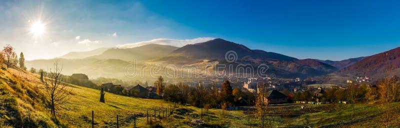 Panorama von Volovets-Stadt in den Karpatenbergen lizenzfreie stockbilder