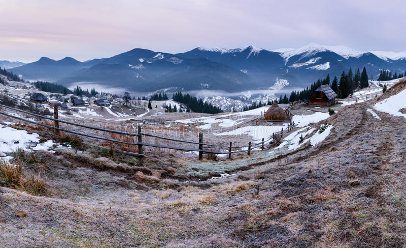 Panorama von Winterkarpatenbergen bei Sonnenaufgang lizenzfreie stockbilder