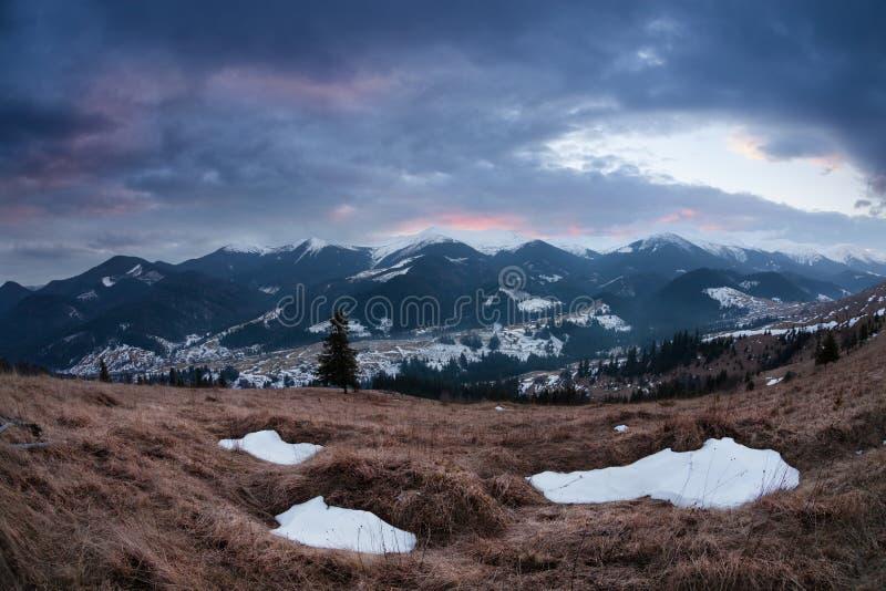 Panorama von Winterkarpatenbergen bei Sonnenuntergang lizenzfreie stockbilder