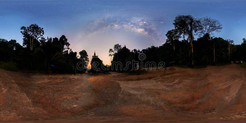 Panorama VR360, la vía láctea sobre la sombra del árbol durante el crepúsculo antes de la salida del sol, pagoda en la cumbre fotografía de archivo libre de regalías