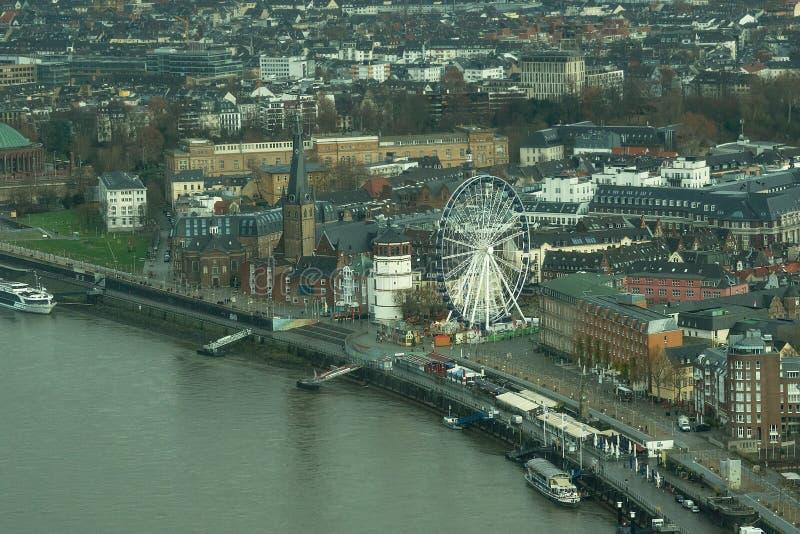 Panorama, vue supérieure de roue de ferris, remblai le Rhin de Dusseldorf image stock