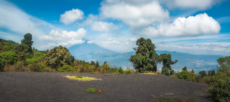 Panorama vulcanico della catena montuosa nel Guatemala immagine stock libera da diritti