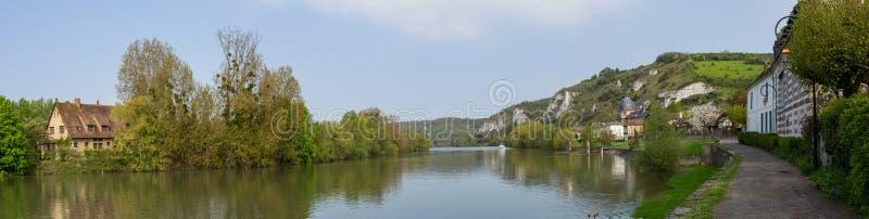 Panorama- vview av floden på Les Andelys i Normandie royaltyfri foto