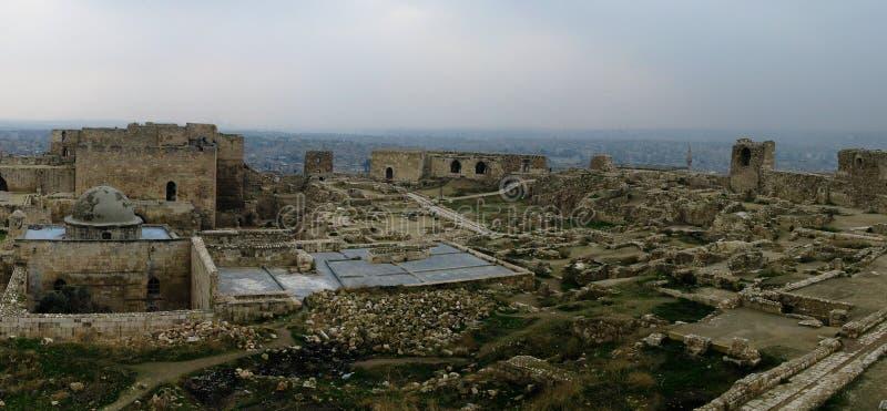 Panorama wśrodku Aleppo rujnował cytadelę, Syria zdjęcia stock