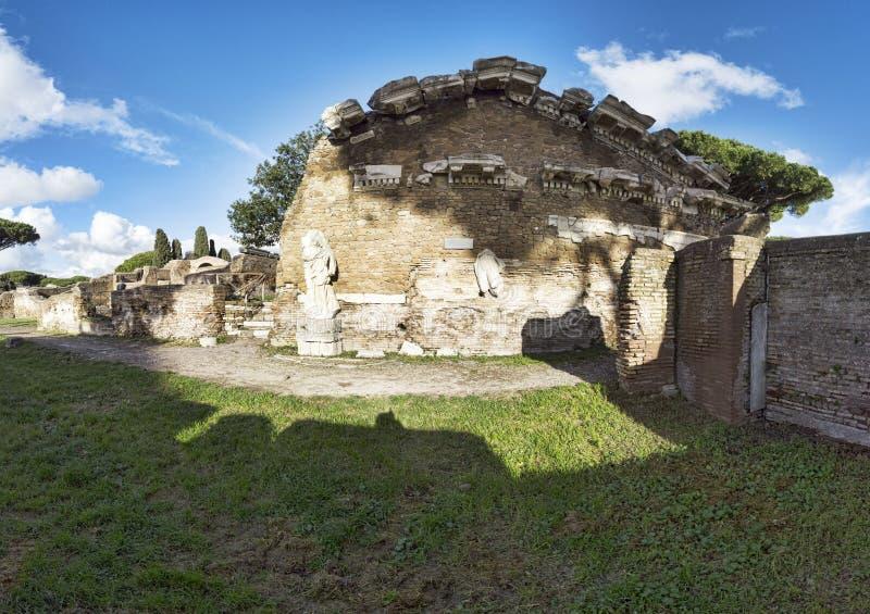 Panorama w archeologicznych ekskawacjach Ostia Antica z świątynią Rzym i Augustus obraz royalty free