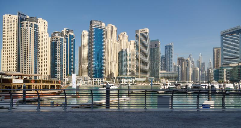 Panorama, welches die modernen hohen Gebäude und den Jachthafen im Bezirk von Dubai-Jachthafen übersieht lizenzfreie stockfotos