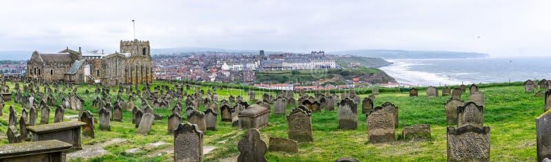 Panorama Whitby i St ` s Maryjny kościół i cmentarz obrazy royalty free