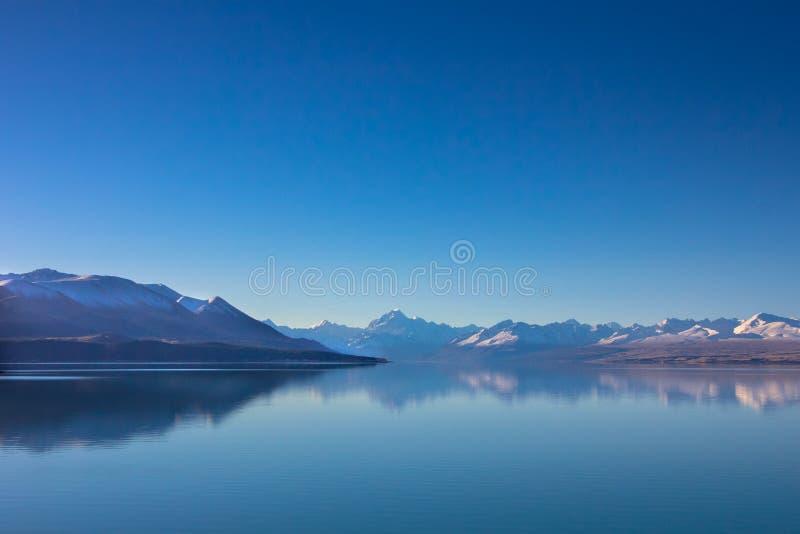 Panorama widok śnieg, halna warstwa, lód i jezioro z, odbijamy zdjęcie stock