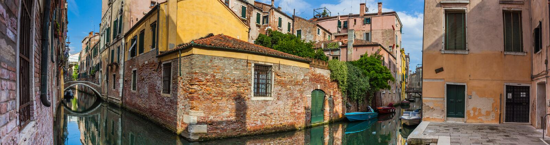 Panorama widok domy obok kanału w Wenecja zdjęcia stock