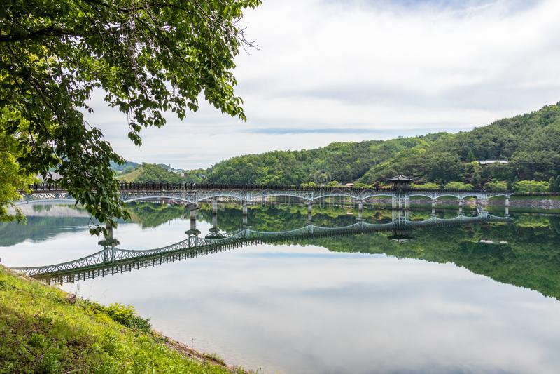 Panorama widok na blask księżyca moście, koreańczyku Woryeonggyo i rzecznym Nakdong, Długi zwyczajny most Andong, Północny Gyeong zdjęcie stock