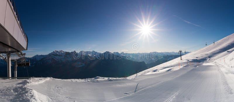 Panorama widok ośrodek narciarski w Alps z narciarskimi skłonami i narciarskimi dźwignięciami fotografia royalty free