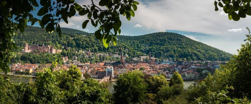 Panorama widok od filozofa ` s ścieżki stary miasteczko Heidelberg z grodowym i Starym mostem fotografia stock
