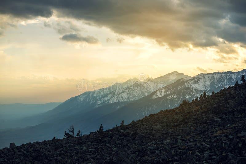 Panorama widok wiosna krajobraz góry zakrywać z ostatnim śniegiem w mgle i niebie troszkę przy zmierzchem obrazy royalty free