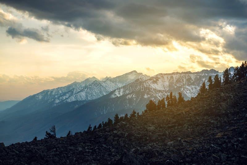 Panorama widok wiosna krajobraz góry zakrywać z ostatnim śniegiem w mgle i niebie troszkę przy zmierzchem obraz royalty free