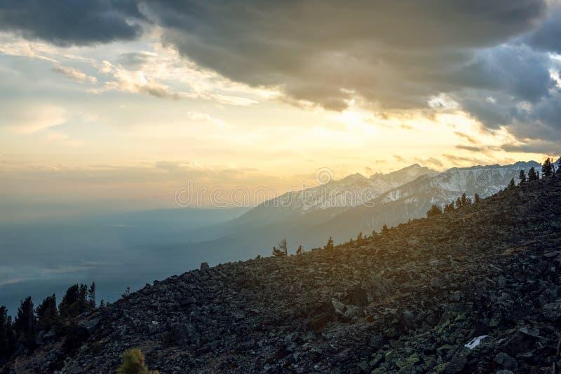 Panorama widok wiosna krajobraz góry zakrywać z ostatnim śniegiem w mgle i niebie troszkę przy zmierzchem zdjęcia royalty free