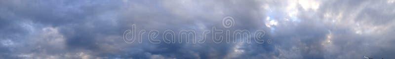 Panorama wieczór niebo z błękitem, bielem i szarość, chmurnieje fotografia royalty free