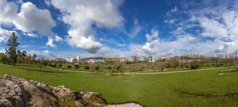 Panorama wielki pusty zielonej trawy gazonu pole z widokiem miasta w Parque da Devesa Miastowym parku, obraz stock
